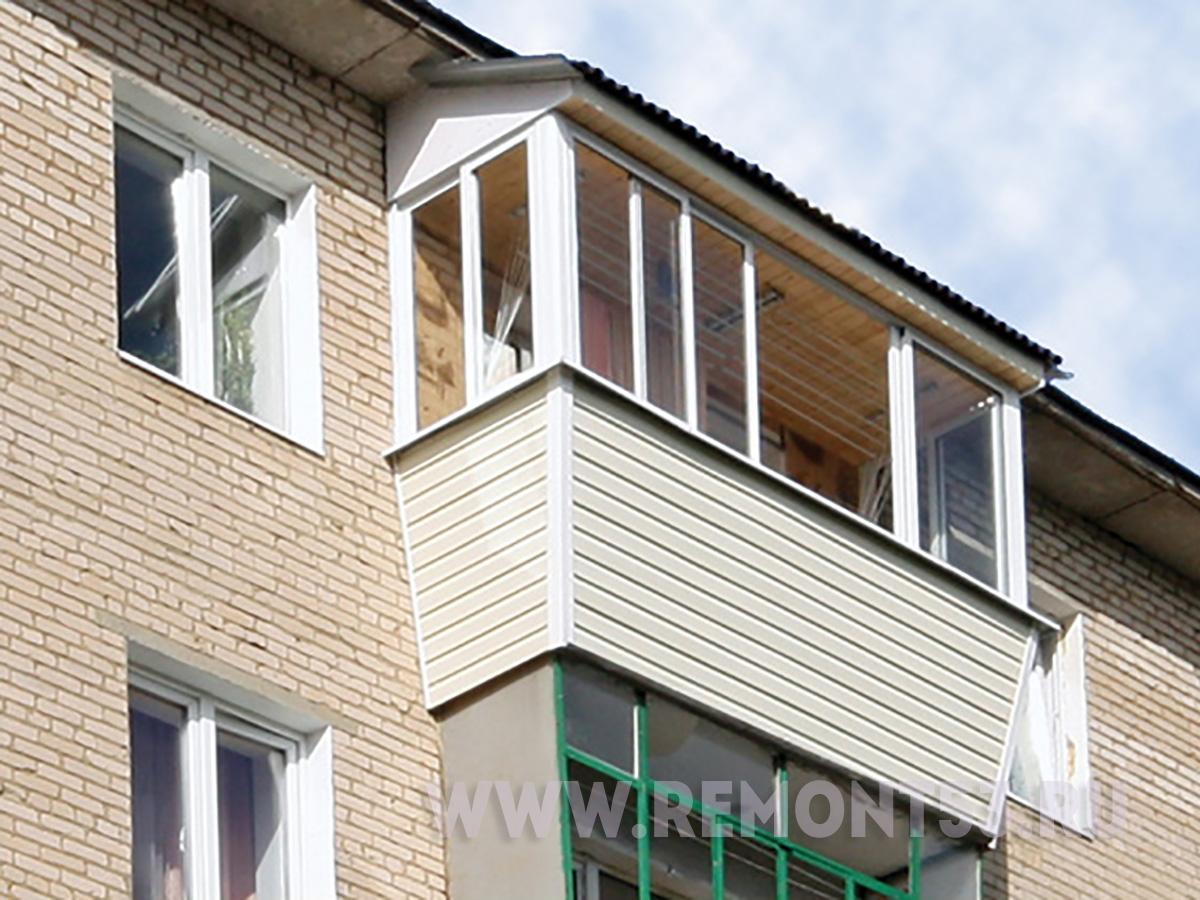 Остекление балкона пластиковыми окнами с выносом крыша..